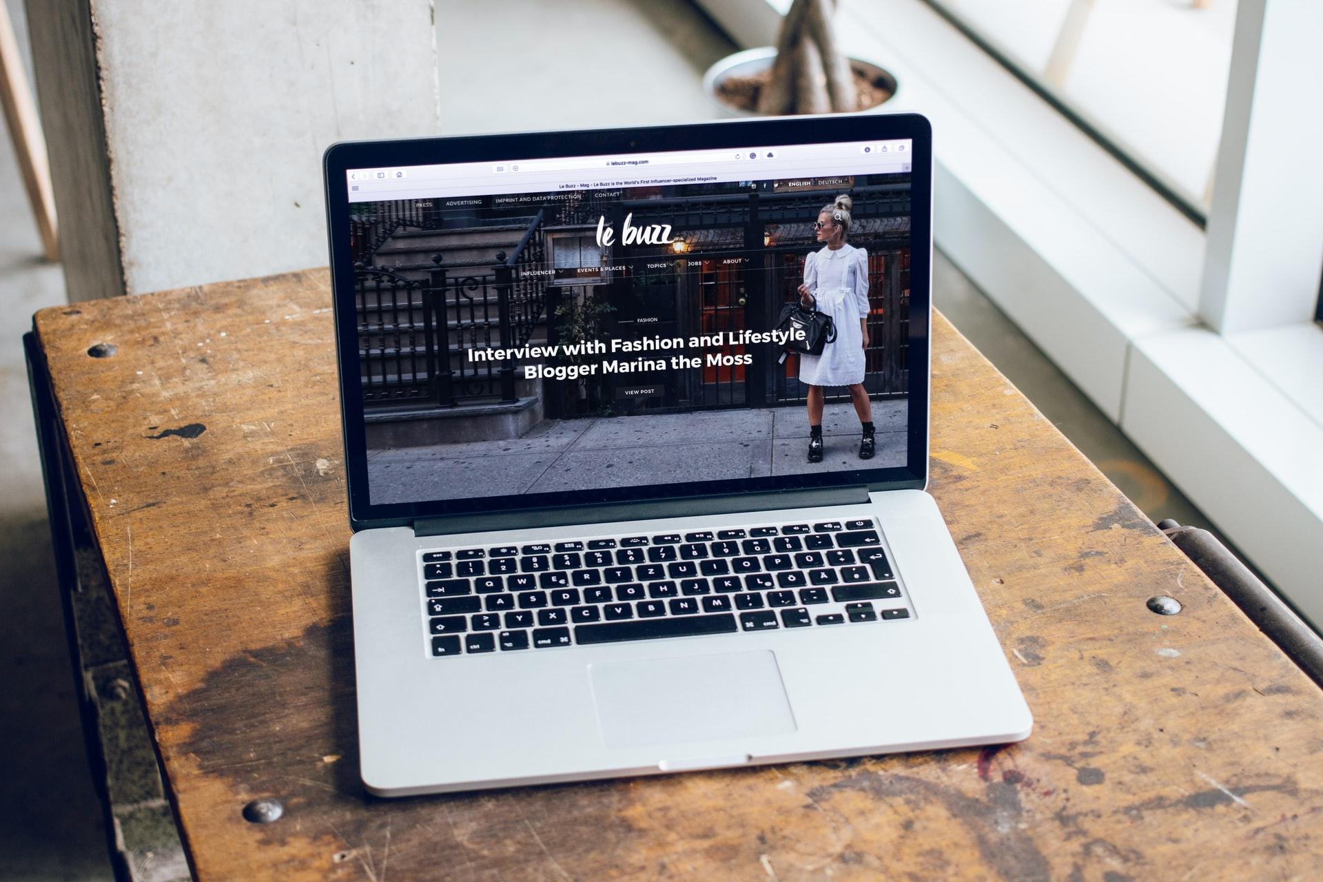 Le Buzz website on laptop